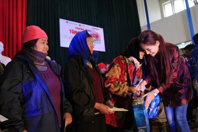 Tặng quà Tết cho người nghèo ở Bắc Ninh - ảnh 13