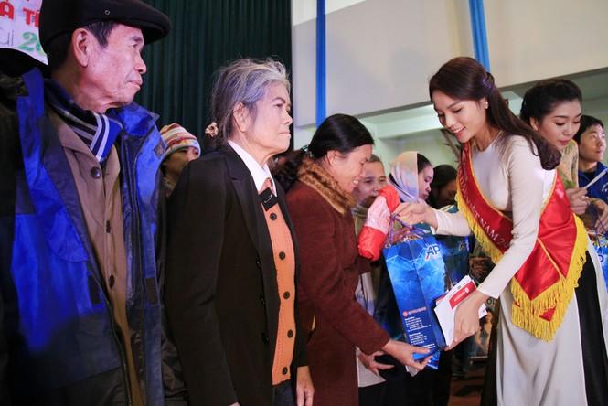 Tặng quà Tết cho người nghèo ở Bắc Ninh - ảnh 14