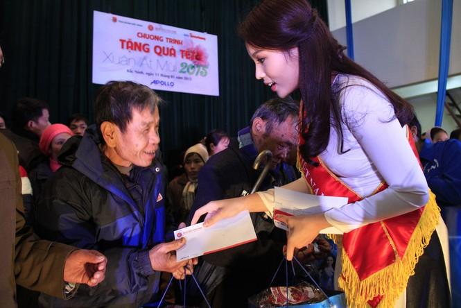 Tặng quà Tết cho người nghèo ở Bắc Ninh - ảnh 15