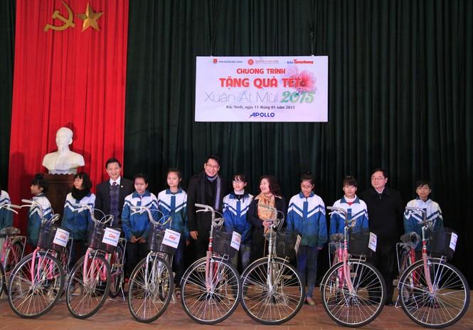 Tặng quà Tết cho người nghèo ở Bắc Ninh - ảnh 6