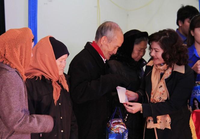 Tặng quà Tết cho người nghèo ở Bắc Ninh - ảnh 8