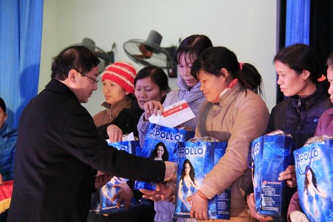 Tặng quà Tết cho người nghèo ở Bắc Ninh - ảnh 9