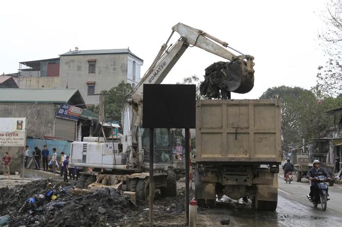 Hà Nội: Bức xúc vì đốt phế liệu, người dân chặn đường quốc lộ - ảnh 10