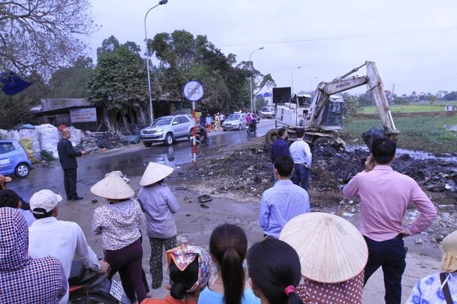 Hà Nội: Bức xúc vì đốt phế liệu, người dân chặn đường quốc lộ - ảnh 1