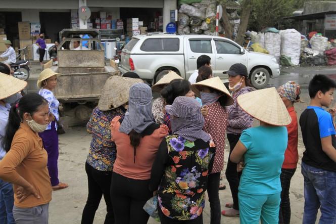 Hà Nội: Bức xúc vì đốt phế liệu, người dân chặn đường quốc lộ - ảnh 2