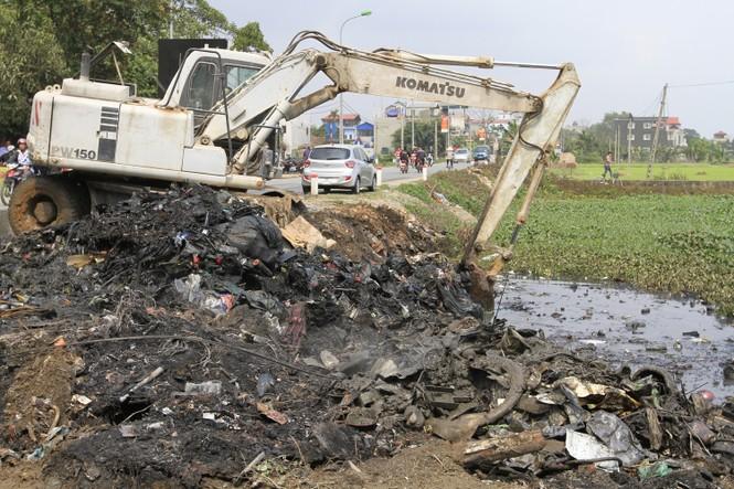Hà Nội: Bức xúc vì đốt phế liệu, người dân chặn đường quốc lộ - ảnh 4