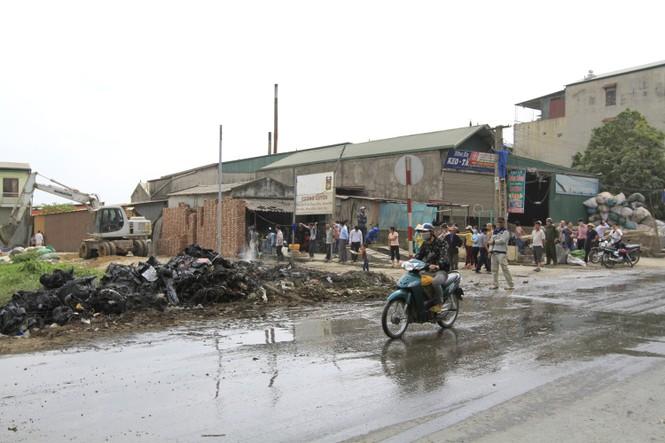 Hà Nội: Bức xúc vì đốt phế liệu, người dân chặn đường quốc lộ - ảnh 7