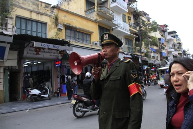 """Sau TPHCM, Hà Nội """"ra quân"""" lấy lại vỉa hè - ảnh 10"""