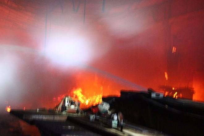 Cháy trong đêm thiêu rụi xưởng gỗ - ảnh 2