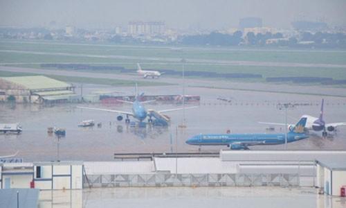 Mưa lớn, máy bay không thể hạ cánh ở Tân Sơn Nhất - ảnh 2