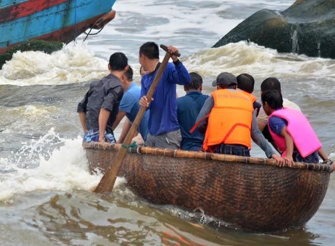 Tàu gặp nạn ở cửa biển Mỹ Á, ngư dân hoảng loạn kêu cứu  - ảnh 1