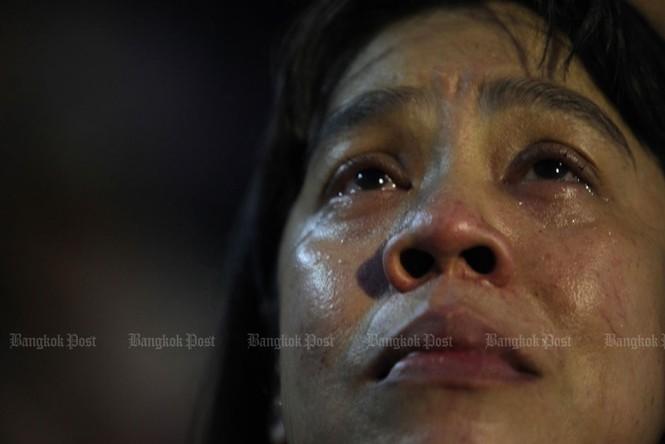 Người dân Thái Lan gào khóc khi nghe tin nhà vua băng hà - ảnh 7