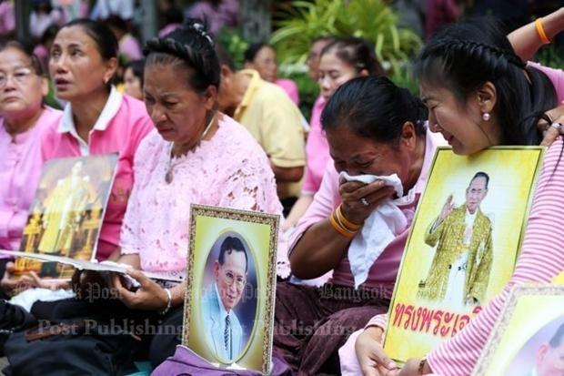 Người dân Thái Lan gào khóc khi nghe tin nhà vua băng hà - ảnh 2