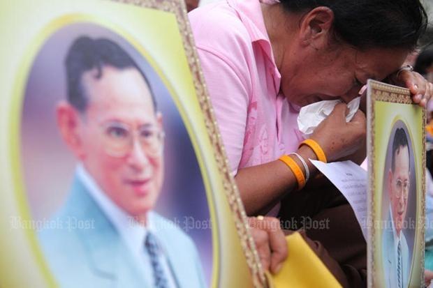 Người dân Thái Lan gào khóc khi nghe tin nhà vua băng hà - ảnh 1