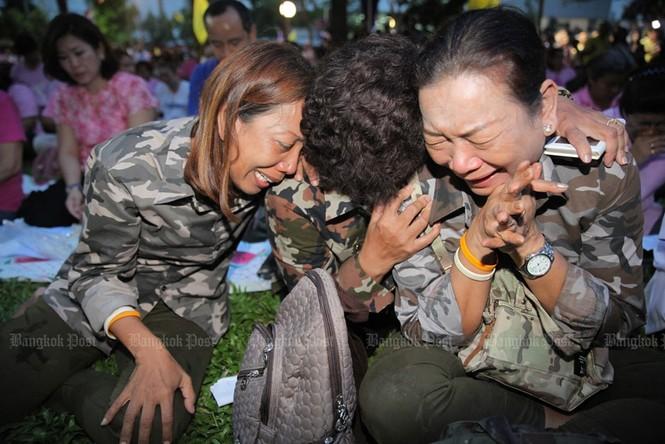 Người dân Thái Lan gào khóc khi nghe tin nhà vua băng hà - ảnh 3
