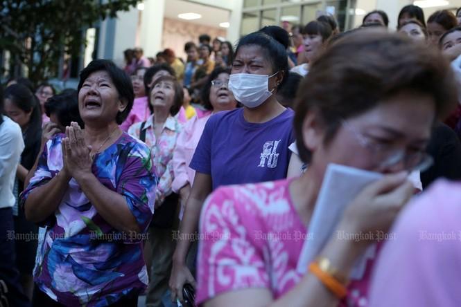 Người dân Thái Lan gào khóc khi nghe tin nhà vua băng hà - ảnh 4