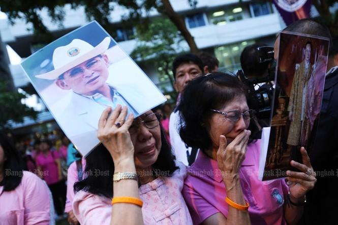 Người dân Thái Lan gào khóc khi nghe tin nhà vua băng hà - ảnh 5