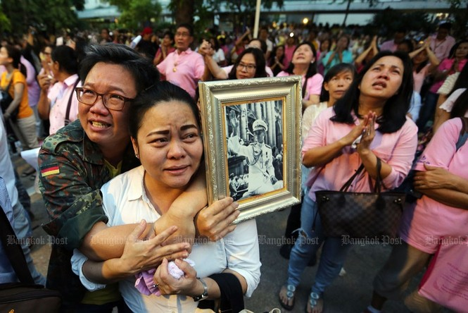 Người dân Thái Lan gào khóc khi nghe tin nhà vua băng hà - ảnh 6