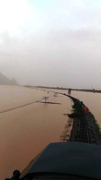 Đường sắt qua miền Trung vẫn ngập nặng, treo ray - ảnh 1