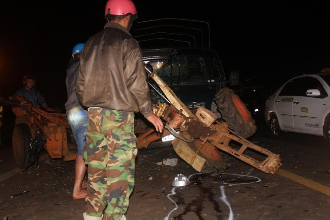 Đắk Lắk: Xe cày bị tông gãy đôi trên quốc lộ - ảnh 1
