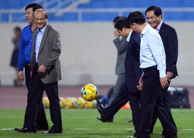 Bộ trưởng Nguyễn Ngọc Thiện tâng bóng khiến Công Vinh, Công Phượng tròn mắt - ảnh 1