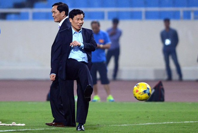 Bộ trưởng Nguyễn Ngọc Thiện tâng bóng khiến Công Vinh, Công Phượng tròn mắt - ảnh 3