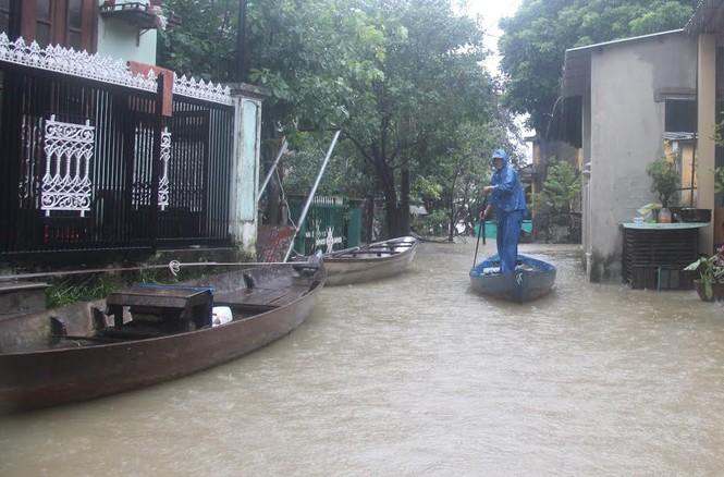 Quảng Nam: Người dân chạy đua với nước lũ - ảnh 1