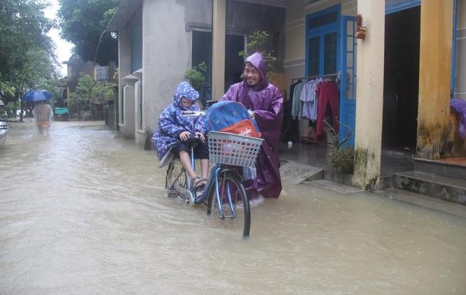 Quảng Nam: Người dân chạy đua với nước lũ - ảnh 2