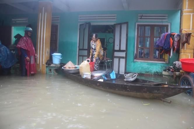 Quảng Nam: Người dân chạy đua với nước lũ - ảnh 4