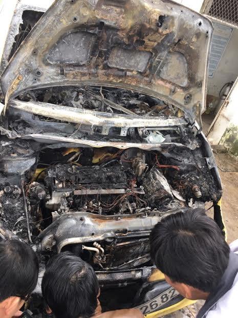 Đậu ven đường tránh lũ, taxi bất ngờ bốc cháy nghi ngút - ảnh 1