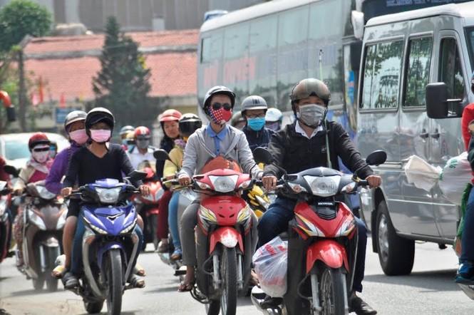 Dân miền Tây ùn ùn trở lại Sài Gòn sau Tết - ảnh 1