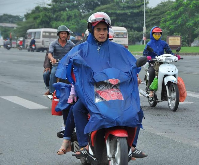 Người miền Tây vất vả 'đội mưa' trở lại Sài Gòn sau Tết - ảnh 1