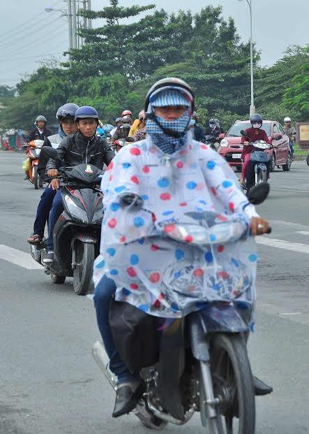 Người miền Tây vất vả 'đội mưa' trở lại Sài Gòn sau Tết - ảnh 2