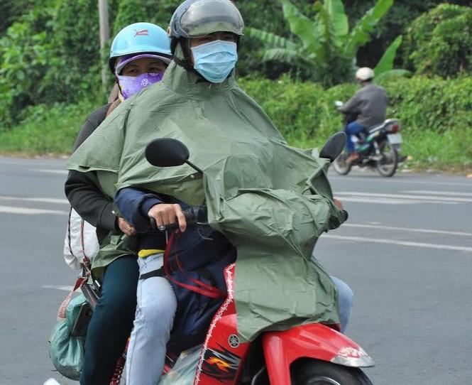 Người miền Tây vất vả 'đội mưa' trở lại Sài Gòn sau Tết - ảnh 3