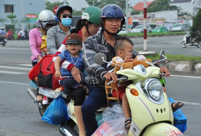 Người miền Tây vất vả 'đội mưa' trở lại Sài Gòn sau Tết - ảnh 4