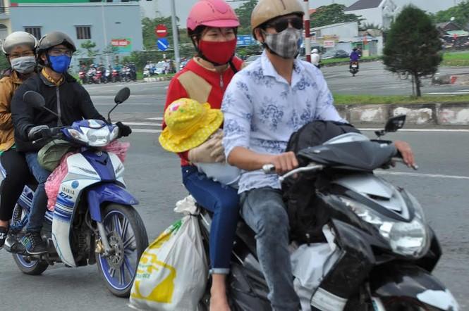 Người miền Tây vất vả 'đội mưa' trở lại Sài Gòn sau Tết - ảnh 5