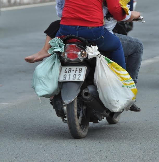 Người miền Tây vất vả 'đội mưa' trở lại Sài Gòn sau Tết - ảnh 6