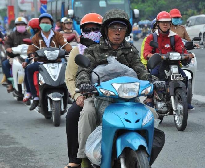 Người miền Tây vất vả 'đội mưa' trở lại Sài Gòn sau Tết - ảnh 7