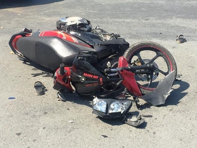 Xe máy va chạm với ô tô tại giao lộ, hai người trọng thương - ảnh 1