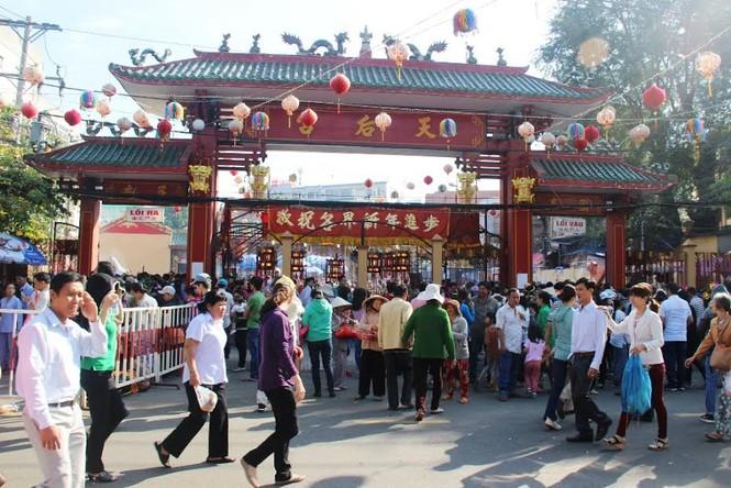 Hàng nghìn người chen chân cầu an ở chùa Bà - ảnh 1