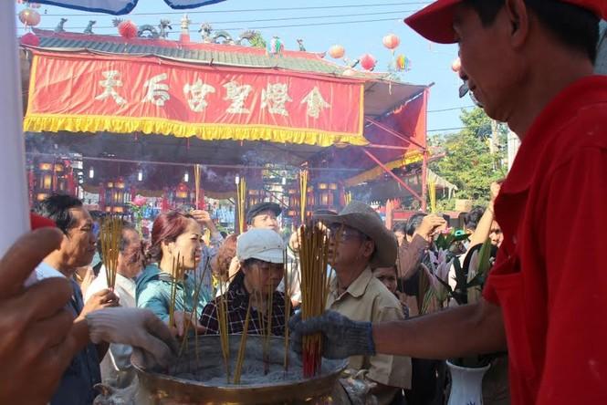 Hàng nghìn người chen chân cầu an ở chùa Bà - ảnh 3