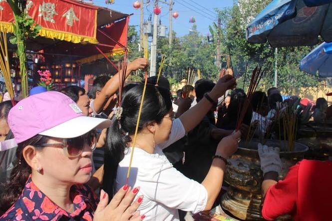 Hàng nghìn người chen chân cầu an ở chùa Bà - ảnh 4