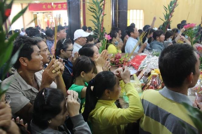 Hàng nghìn người chen chân cầu an ở chùa Bà - ảnh 5