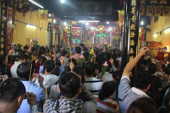 Hàng nghìn người chen chân cầu an ở chùa Bà - ảnh 6