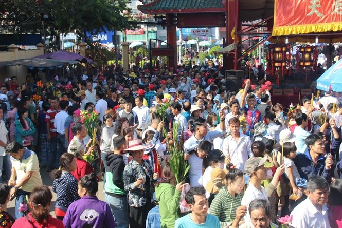 Hàng nghìn người chen chân cầu an ở chùa Bà - ảnh 7