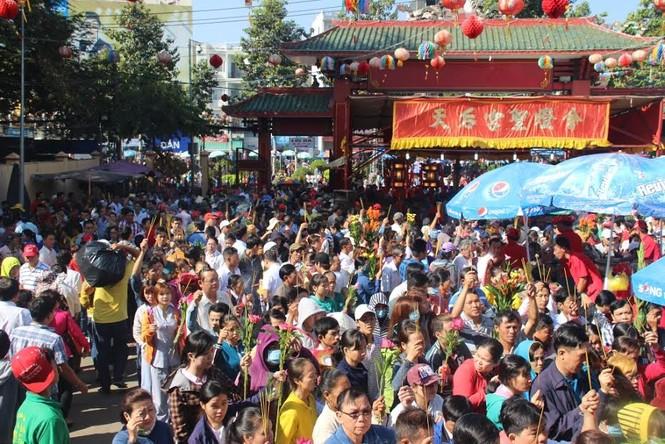 Hàng nghìn người chen chân cầu an ở chùa Bà - ảnh 8