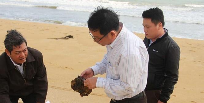 Thu gom rác thải, dầu vón cục dạt vào bờ biển - ảnh 1