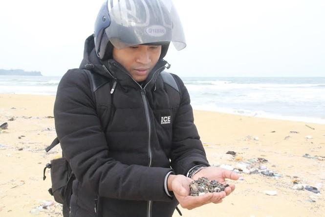 Thu gom rác thải, dầu vón cục dạt vào bờ biển - ảnh 4