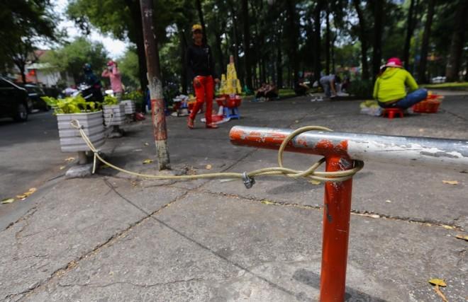 Đủ kiểu lắp barie ngăn xe máy lên vỉa hè Sài Gòn - ảnh 10