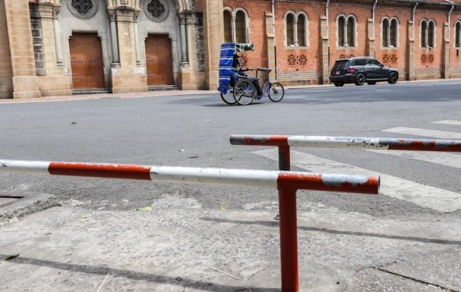 Đủ kiểu lắp barie ngăn xe máy lên vỉa hè Sài Gòn - ảnh 11